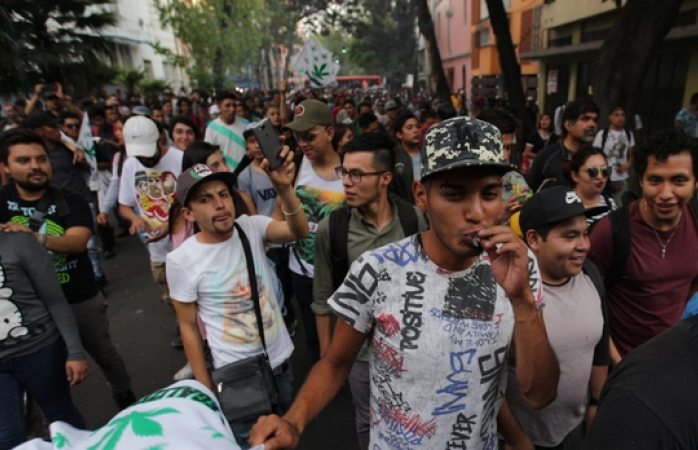 Con churro en mano, piden legalización de mariguana