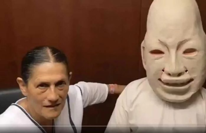 Senadora habla con estatua sobre el maíz