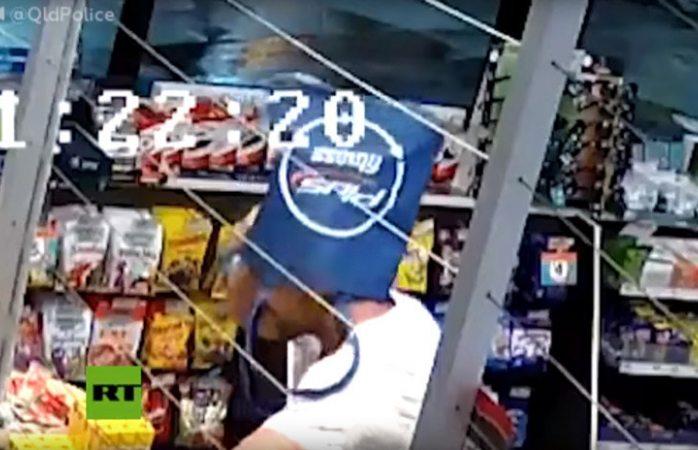 Fail: asalta tienda con bolsa en la cara y se la quita para guardar botín