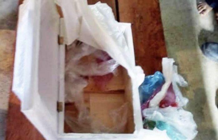 Va por cuerpo de su bebé a hospital y le dan féretro lleno de basura