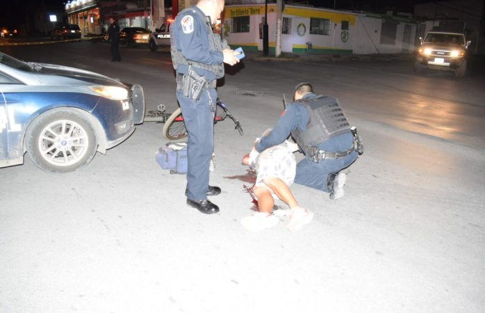 Arrolla policía a ciclista en Cerro de la Cruz