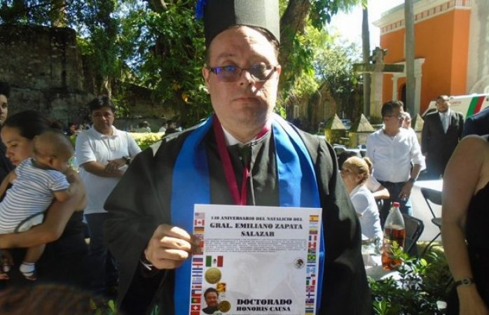 Dan doctorado honoris causa a escritor mexicano con síndrome de down
