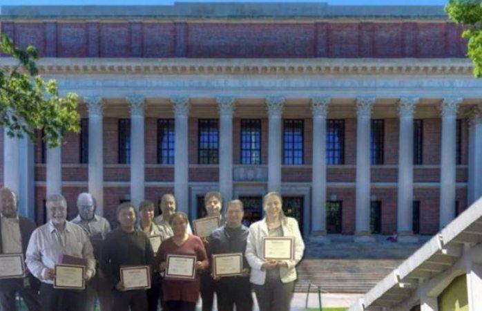 Con foto editada, personal del instituto del petróleo posa en Harvard