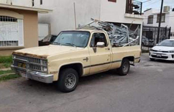 Buscan camioneta pick up robada afuera de parroquia Santa Rosalía