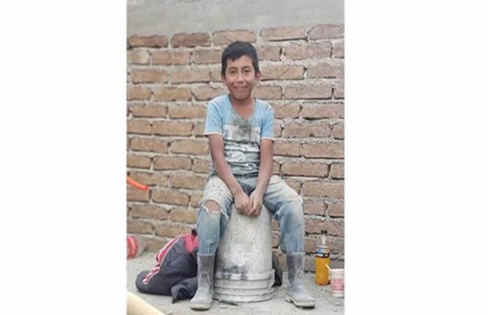 Universidad ofrece beca a niño albañil que sueña con ser arquitecto