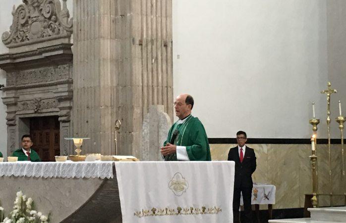 Llama Obispo a más acción junto con la oración