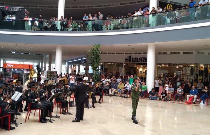 Sorprende orquesta del ejército en fashion mall