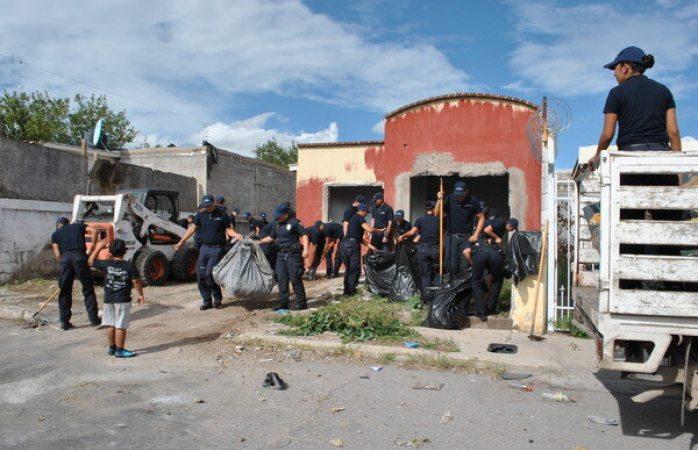 Escuela de policía y servicios públicos limpian vivienda abandonada