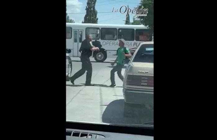 Se rehúsa a ser revisado y se pelea con policía