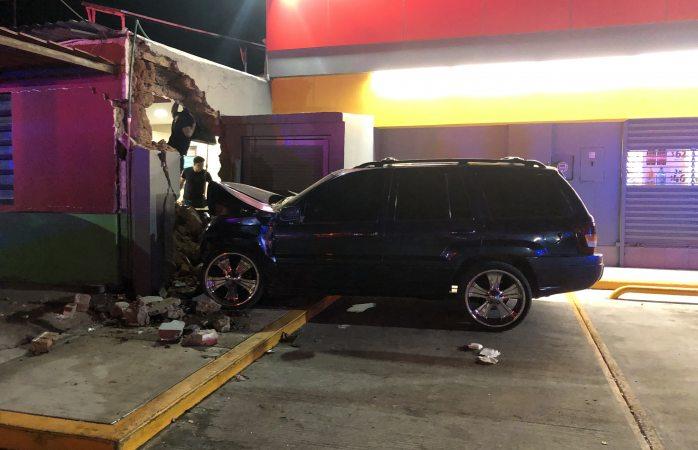 Se roba camioneta y choca contra 27 salsas
