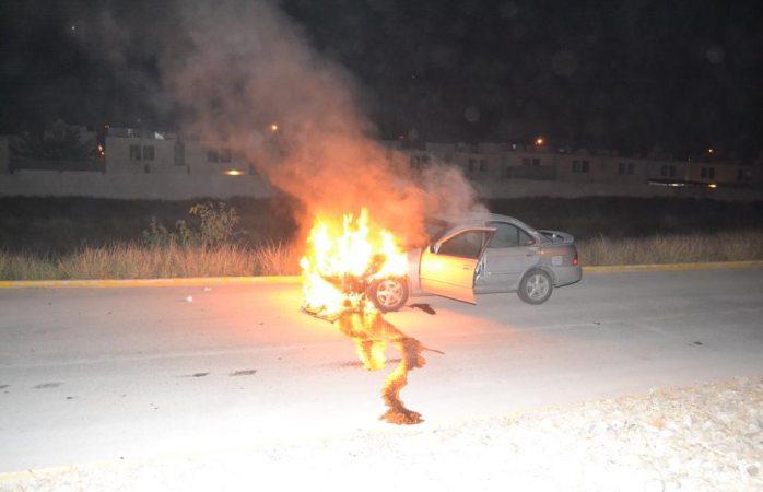 Arde vehículo en la vialidad sacramento