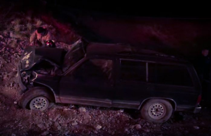 Cae de lo alto del puente y abandona camioneta