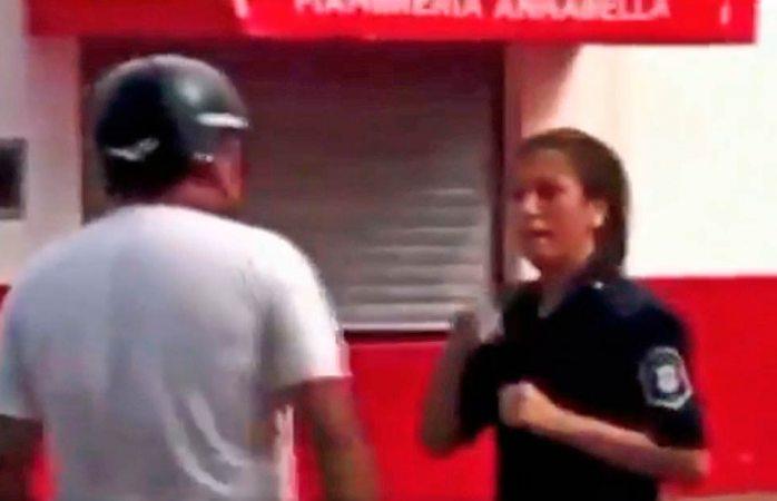 Cachetea a una policía y ésta le da una dura respuesta