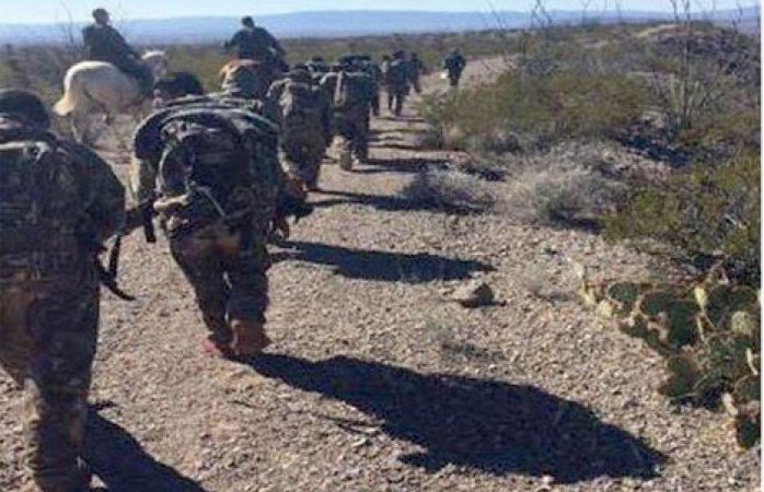 Detienen a 12 migrantes que vestían tipo militar
