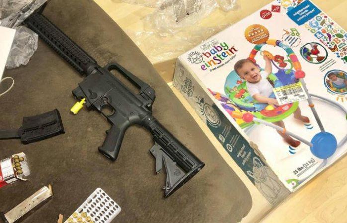 Compra andador para bebé y al abrirlo encuentra un rifle calibre 22
