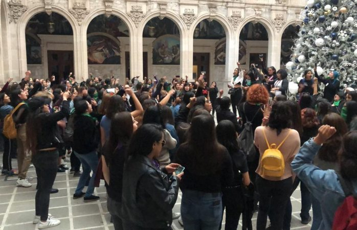 Entran 200 mujeres a palacio y cantan el violador eres tú