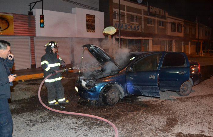 Arde vehículo en la Américas y genera movilización