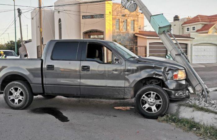 Choque de camionetas y poste deja $100 mil en daños
