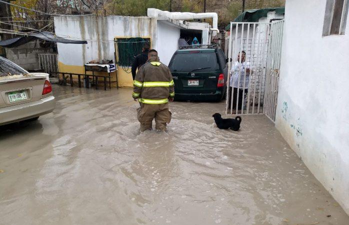 Atienden bomberos a familia por inundación de vivienda