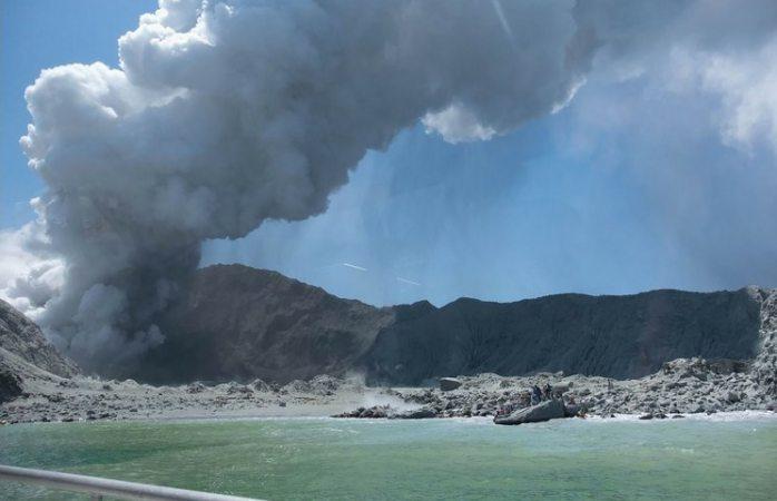 Suman 5 muertos en la erupción del volcán de nueva zelanda