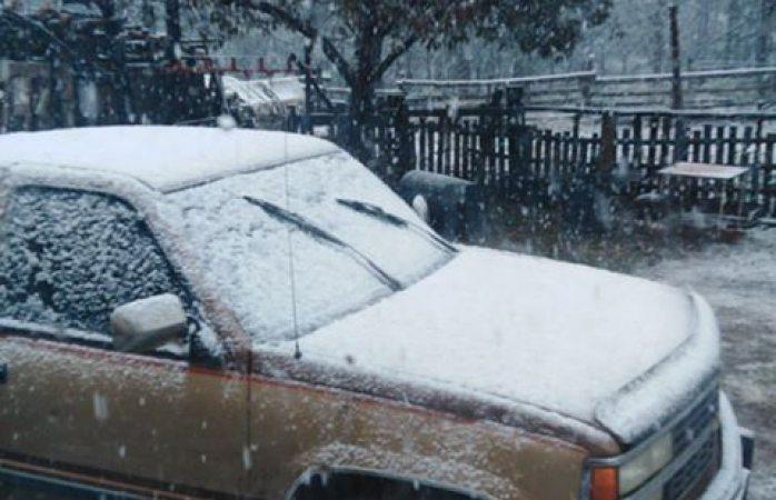 Se cubre de nieve la ciudad de madera