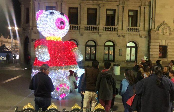 Gran sensación con el oso meloso en el centro de la ciudad