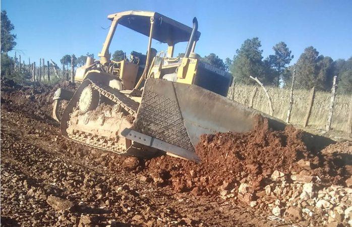 Reparan caminos dañados por lluvias en Guadalupe y Calvo