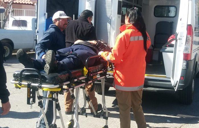 Se estrella motociclista al omitir un alto, queda herida