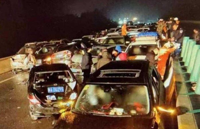 Dejan 13 muertos choques múltiples de autos en China