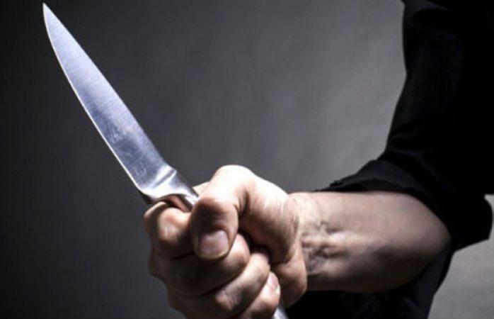 Huye mujer de su esposo con cuchillo clavado en la espalda en Coahuila