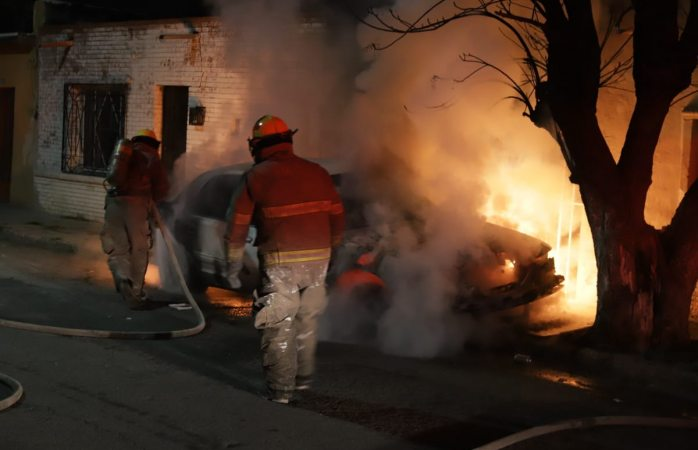 Consume el fuego un vehículo durante la madrugada
