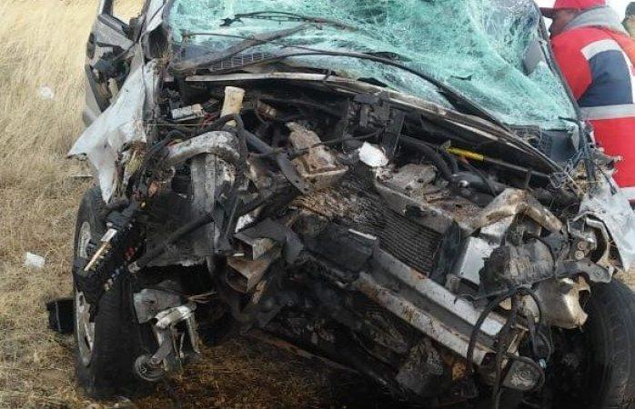 Queda conductora atrapada en vehículo tras volcar en Carichí