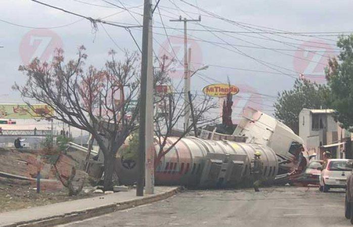 Vuelca pipa con más de 47 mil litros de combustible en Saltillo