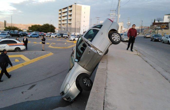 Cae auto a desnivel de estacionamiento de mausoleos luz eterna
