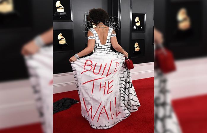Joy Villa llega a los Grammy con vestido del muro de Trump