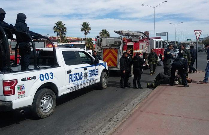 Choca bombera contra auto particular, un elemento herido