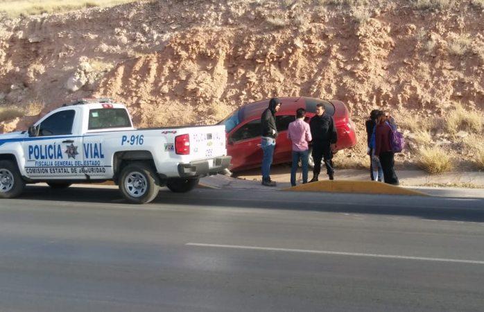 Sale del camino y ocasiona daños en el auto