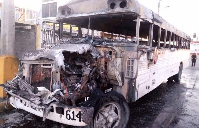 Incendio consume camión de transporte de personal