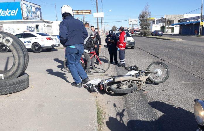 Embisten a motociclista al omitir un alto