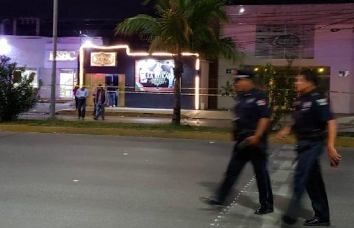 Cinco personas murieron en un ataque armado en un bar de Cancún