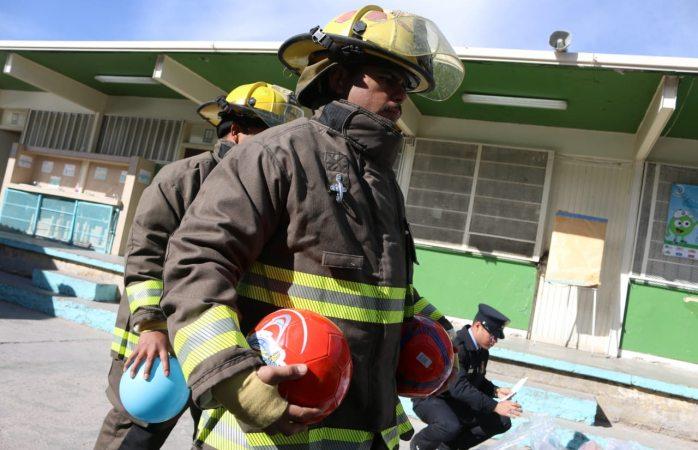 Entregan bomberos de Juárez regalos a niños de primaria
