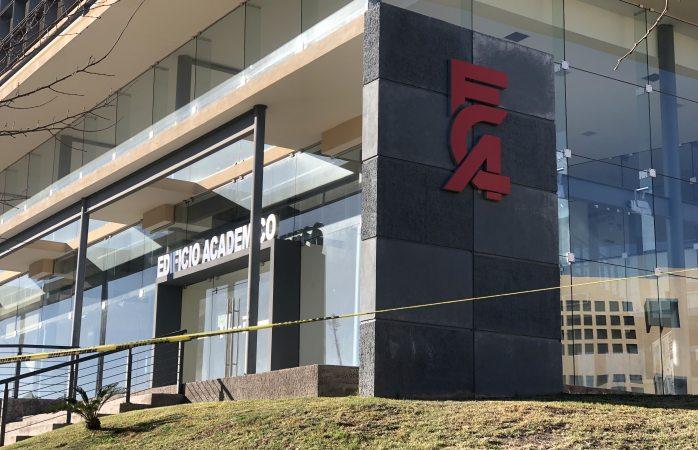 Evacuan edificio académico de conta por riesgo de caída de ventanales