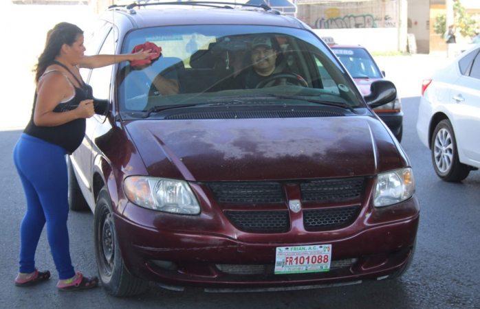 Chihuahuense embarazada limpia parabrisas para pagar parto en Durango