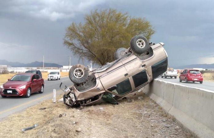 Vuelca tras chocar con muro de contención en la Chihuahua-Aldama
