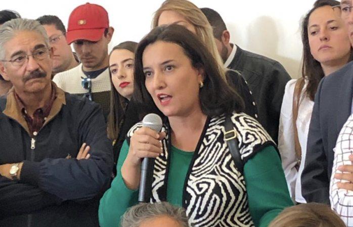 Tunden a Bazán frente a Claudia Ruiz Massieu