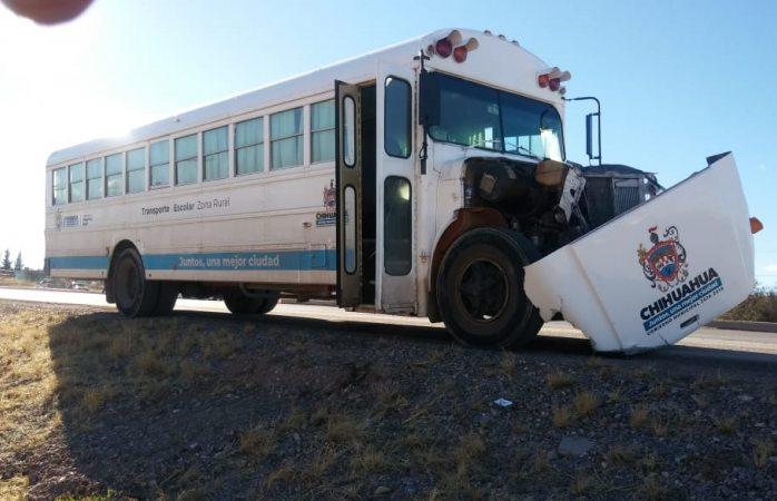 Choca camión escolar municipal vs troca en la comunidad del Fresno