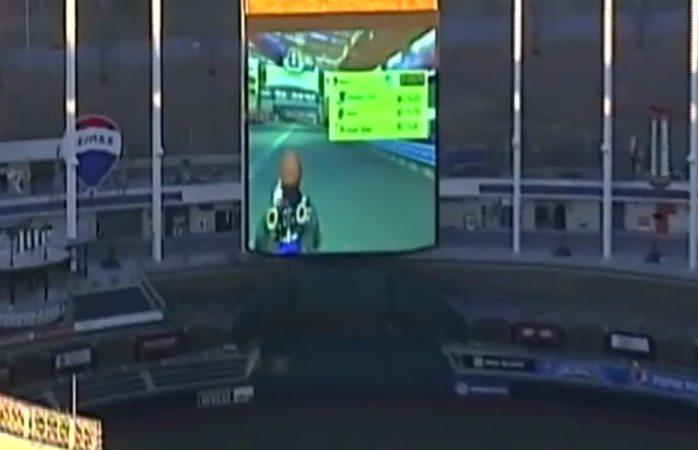Juegan Mario Kart en pantalla gigante de estadio de los Royals