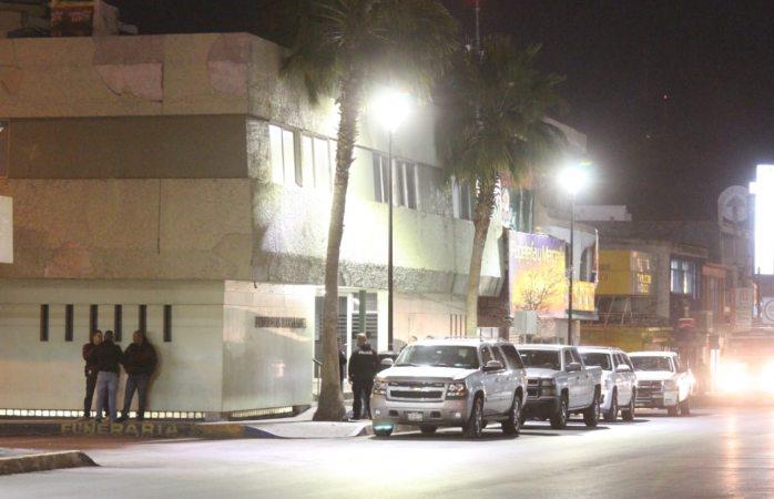 Rodeada de polis asiste Maru a funeraria en la calle Juárez