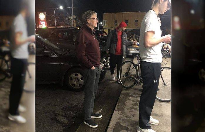 Bill Gates espera en la fila por una hamburguesa