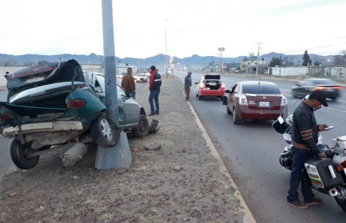 Choca ebrio a conductor que impacta contra un poste